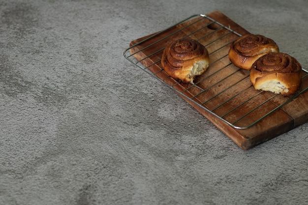 Rollos de canela caseros sobre una tabla de madera