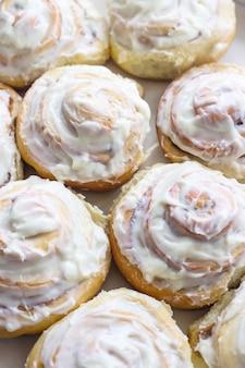 Rollos de canela suecos con crema blanca en la parte superior