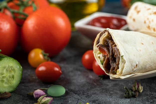 Rollos de carne shaurma en lavash con coloridos tomates cherry