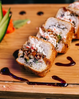 Rollos de filete de pollo con relleno y salsa teriyaki.