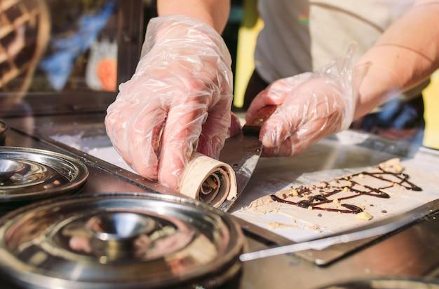 Rollos de helado salteados en una sartén de congelación. helado laminado orgánico natural, postre hecho a mano.