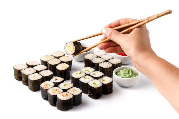 Rollos de japón con pescado y arroz, pila clasificada en la mesa