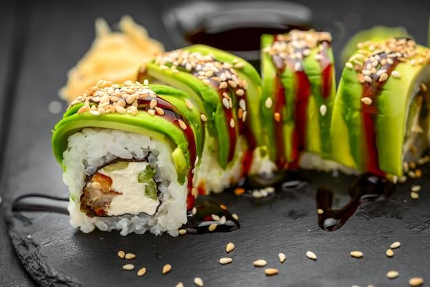 Rollos japoneses con pescado en negro