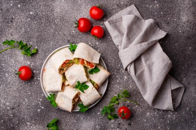 Rollos de lavash con pollo y verduras.