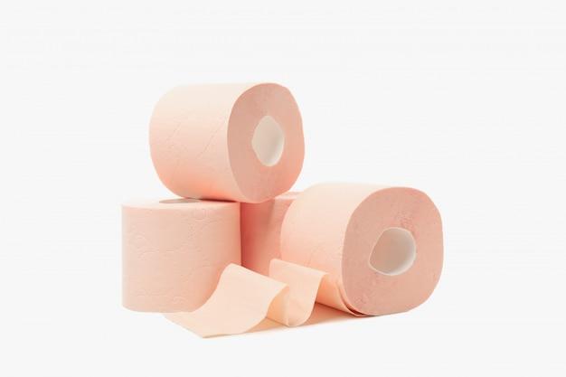 Rollos de papel higiénico aislado sobre fondo blanco.