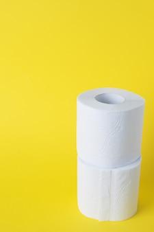 Rollos de papel higiénico blanco. copia espacio