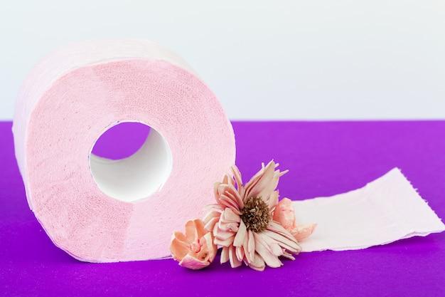 Rollos de papel higiénico con flores naturales de cerca