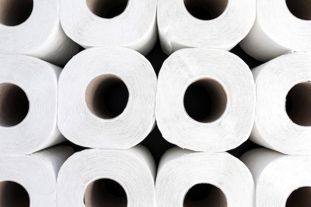 Rollos de papel higiénico de primer plano alineados