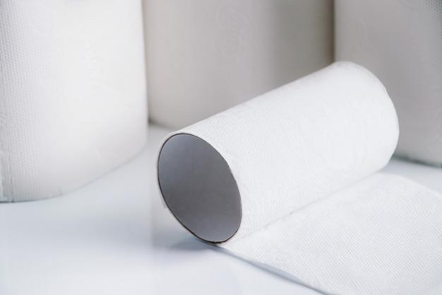 Rollos de papel higiénico sobre un fondo blanco. compra de pánico de bienes esenciales.