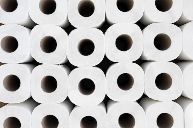 Rollos de papel higiénico de vista superior alineados