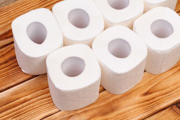 Rollos de papel higiénico en vista superior de madera