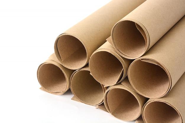Rollos de papel marrón sobre fondo blanco.