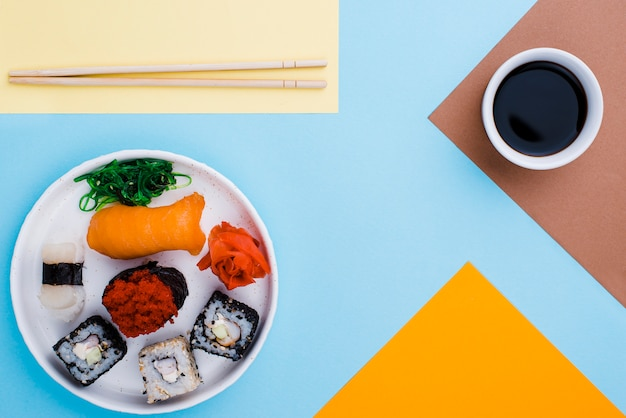 Rollos de salsa y sushi