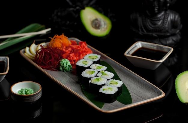 Rollos de sushi con aguacate y jengibre