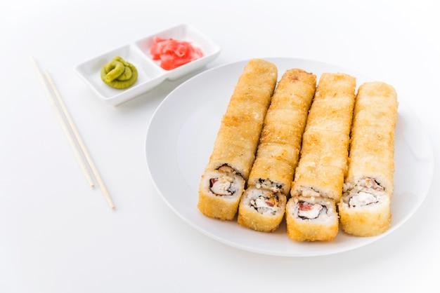 Rollos de sushi en ángulo con wasabi