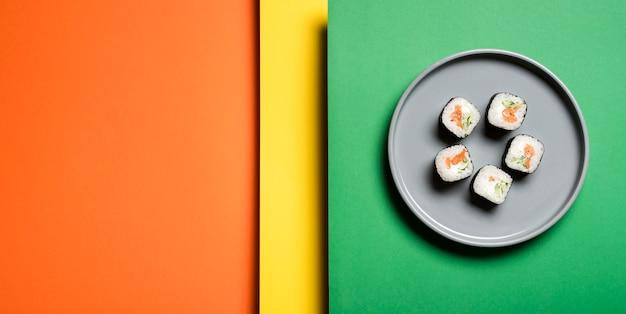 Rollos de sushi asiático tradicional sobre fondo abstracto