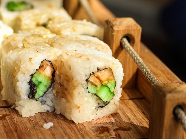 Rollos de sushi con atún