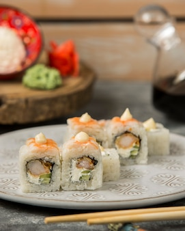 Rollos de sushi de camarones con camarones y pepino