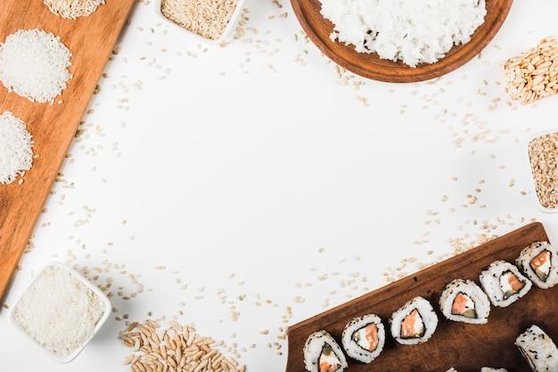 Rollos de sushi; sin cocer arroz inflado aislado sobre fondo blanco