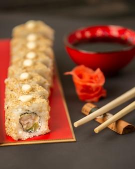 Rollos de sushi cubiertos de sésamo con camarones y aguacate