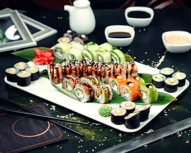 Rollos de sushi cubiertos con sésamo