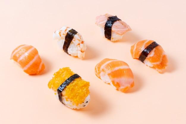 Rollos de sushi fresco con pescado crudo