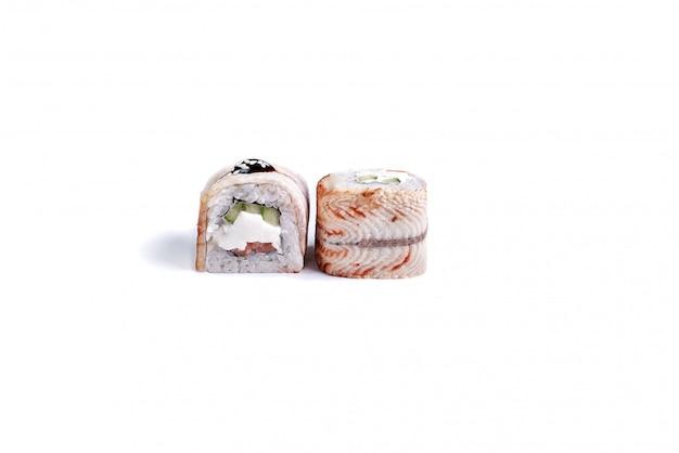 Rollos de sushi japonés aislados en blanco