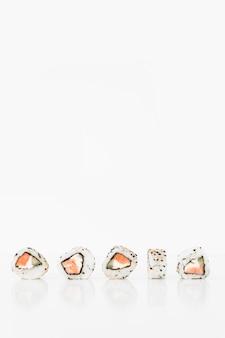 Rollos de sushi japonés fresco tradicional en un fondo blanco