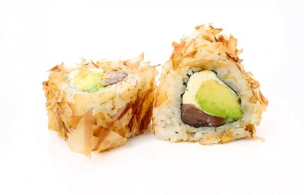 Rollos de sushi japonés fresco tradicional