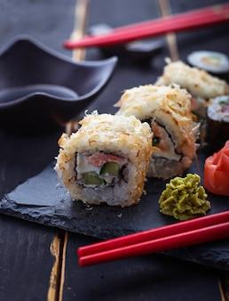 Rollos de sushi japonés con salmón