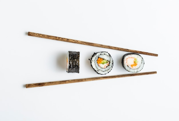 Rollos de sushi maki con palillos