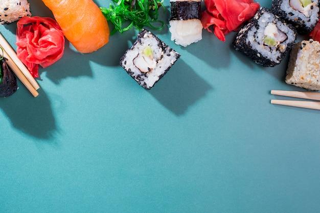 Rollos de sushi en la mesa con espacio de copia