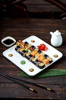 Rollos de sushi mezclado en el plato