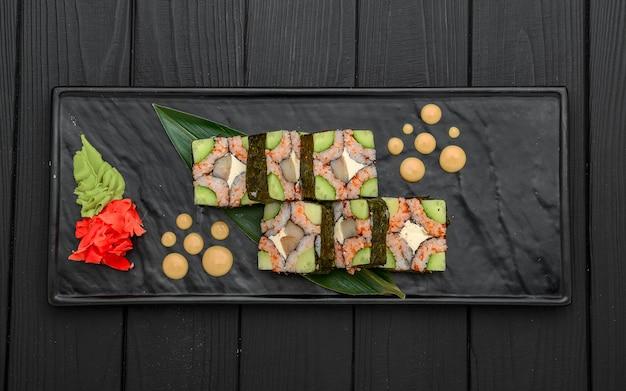 Rollos de sushi, nigiri, salmón crudo, jengibre en escabeche comida asiática cena