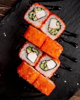 Rollos de sushi con pepino y caviar tobiko