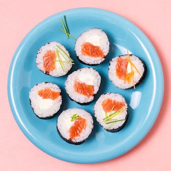 Rollos de sushi de pescado crudo fresco