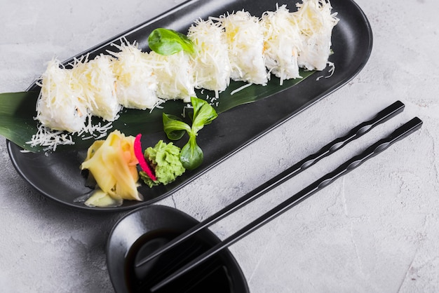 Rollos de sushi con queso y wasabi