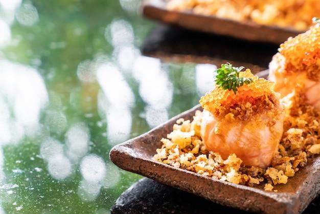 Rollos de sushi de salmón con salsa