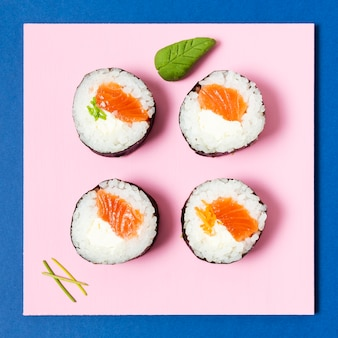 Rollos de sushi de salmón con vista superior