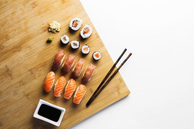 Rollos de sushi y salsa de soja