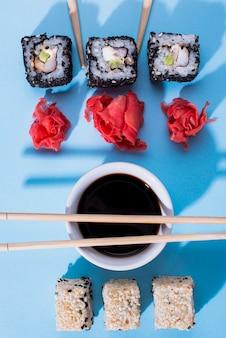 Rollos de sushi con salsa de soja
