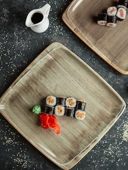 Rollos de sushi servidos con jengibre y wasabi