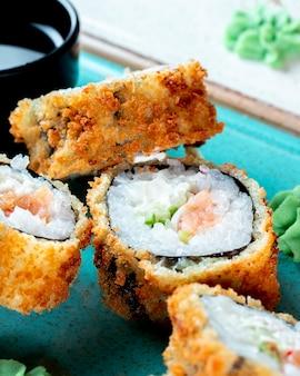 Rollos de sushi servidos con wasabi y salsa de soja