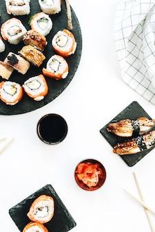 Rollos de sushi en superficie blanca