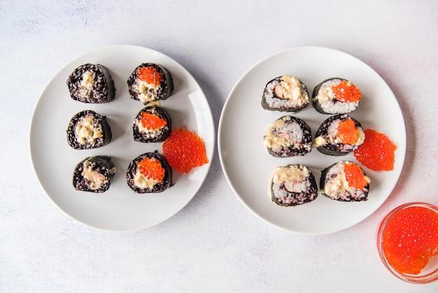 Rollos de sushi surtido con caviar
