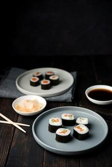 Rollos de sushi tradicional japonés con verduras