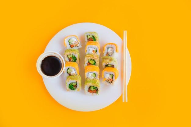 Rollos de sushi vegetariano en un plato blanco