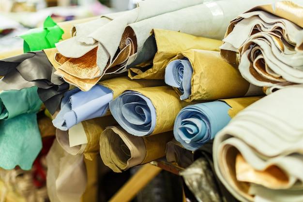 Rollos de textil multicolor.