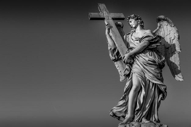 Roma, estatua de un ángel en el puente frente al castel sant'angelo. útil conceptual para la espiritualidad, el cristianismo y la fe.