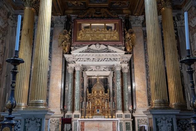 Roma, italia - 20 de junio de 2018: vista panorámica del interior de la basílica de letrán, también conocida como archibasílica papal de san juan. es la iglesia catedral de roma y sirve como sede del romano pontífice.